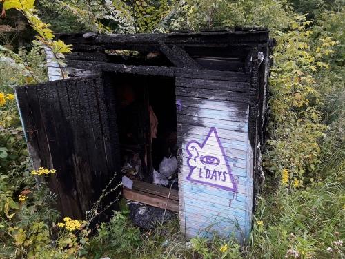 Сгоревший строительный вагончик с бытовым мусором недалеко от ветклиники «Кобра».